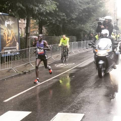 Bernard Kipyego en route vers la victoire - crédit photo : RunningGeek.be