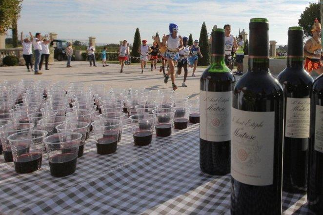 Le Marathon du Médoc et ses ravitos au rouge : un marathon compte double ? - crédit photo : Laurent Theillet / Sud Ouest