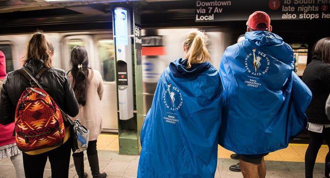 Des coureurs prennent le métro vêtus du poncho - crédit photo : NYRR