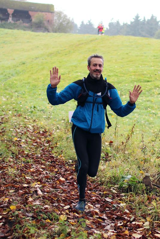 Dévalant à travers champs - crédit photo : RunningGeek.be