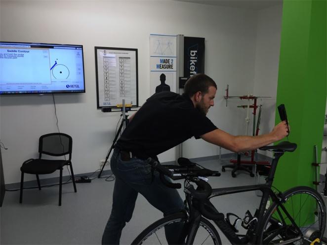 Charles relève les cotes du vélo